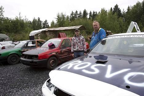 15-vuotias Toni Lehtimäki ajaa lauantaina ensimmäisen romurallinsa Lempäälässä. Jarkko Nurminen romuttaa autoja jo kolmatta kautta. Viime vuonna kisoista tuli SM-hopeaa.