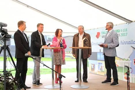 Arto Pirttilahti (kesk), Harri Jaskari (kok), Pia Viitanen (sdp) ja Martti Mölsä (uv) osallistuivat Juha Salmen isännöimään tapahtumaan.