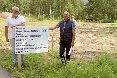 Pohjois-Hämeen Puumiesten Jarkko Salo (oikealla) ja Vilppulankosken koulun rehtori Pekka Ekola uskovat Puupuiston kiinnostavan kävijöitä muualtakin Suomesta.