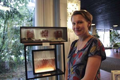 Katja Rauhamäki tekee lasitaidetta yhdistelemällä vanhaa ikkunalasia vanhoihin valokuviin ja esineisiin.