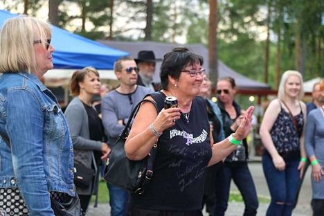 Riitta Ruotsalainen nautti Häivähdys Purppuraa -yhtyeen keikasta.