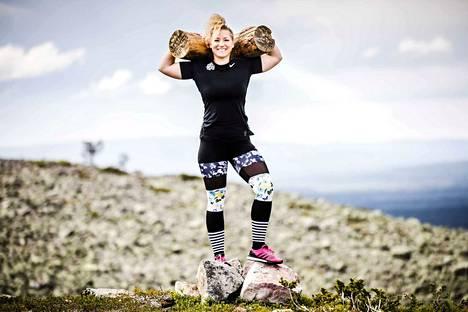Heinäkuussa järjestettävässä Arctic Challenge -kisassa osanottajat kantavat mukanaan pöllejä, joihin on maalattu heidän kisanumeronsa. Laura Peippo kertoo, että pölleistä on tullut käsite ja kisaajat jakavat niistä kuvia sosiaalisessa mediassa.