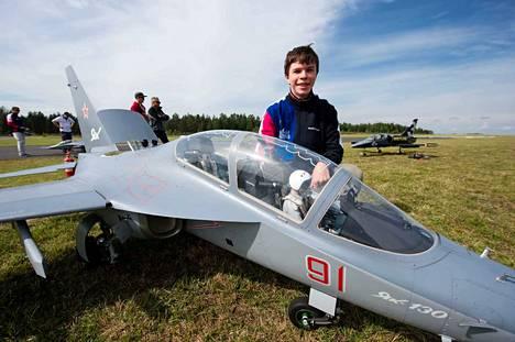 """Tällä venäläisellä Yak 130 -suihkumoottorilennokilla on voitettu suihkumoottorilennokkien MM-kilpailut kolme kertaa. Suomalainen Petri Mäkelä arvioi sen arvoksi 300 000 euroa. Kuvassa nuori venäläinen """"pilotti"""" Vasiliy Eikhner."""