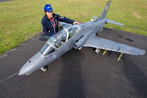 Hawk-lennokki on pituudeltaan 2,7 metriä. Harrastaja Petri Mäkelä arvioi sen teoreettiseksi myyntihinnaksi 25 000 euroa.