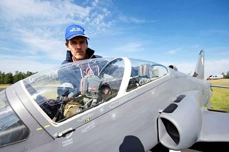 Suihkumoottorilennokkien MM-kilpailut lennetään Jämijärvellä ensi viikolla. Lennokkiharrastaja Petri Mäkelä esittelee alle 20-kiloista Hawk 303 -lennokkiaan.