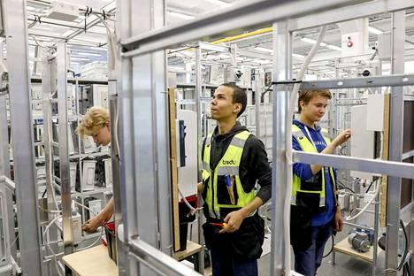 Sähkö- ja automaatiotekniikkaa toista vuotta Tredussa opiskelevat Riku Oravasaari (vas.), Ubeid Hussein ja Kalle Lähteilä pääsevät tänä lukuvuonna testaamaan osaamistaan työpaikoilla.