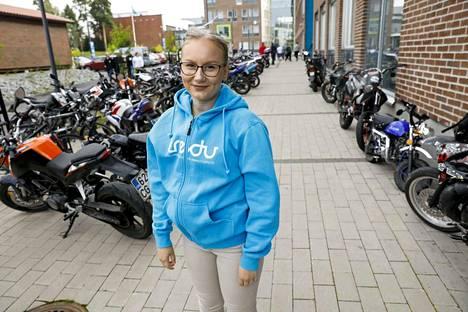 """Kaksoistutkintoa suorittava Heli Hämäläinen on viihtynyt ammattikoulussa. """"Lukio painottaa sopivasti, välillä on rentoa ja välillä sitten kunnon pänttäämistä."""""""