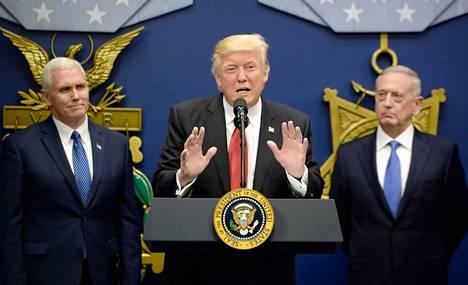 Yhdysvaltain presidentti Doland Trump on sanaillut uhmakkaasti Pohjois-Korean suuntaan viime aikoina. Kuvassa hänen vierellä varapresidentti Mike Pence (vas.) ja puolustusministeri James Mattis. Arkistokuva.