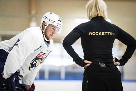 Aleksander Barkov ja Kaisa Arrateig ovat tehneet heinäkuusta lähtien töitä pelaajan luistelun parantamiseksi.