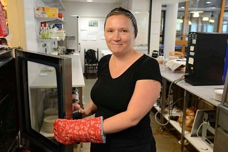 Heli Nieminen pitää huolta siitä, että palvelu pelaa nyt lounaskahviloissa sekä Apian uimahallissa että Valkeakoski-opistossa.
