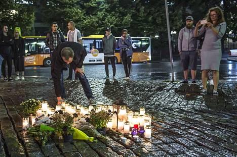 Turussa perjantaina sattuneiden puukotusten paikalle tuotiin jo eilisiltana kukkia ja muistokynttilöitä. Sisäministeriö toivoo, että koko maa yhtyy tänään suruliputukseen kello 21 asti.