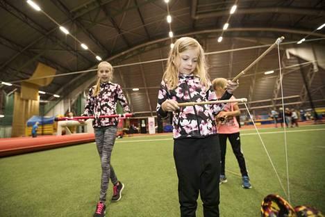 Vilma, Loviisa ja Topias Lehtinen testasivat sirkusvälineitä.