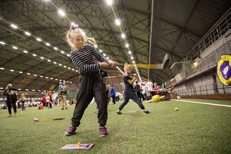 Alissa Erkkilä innostui golfista.