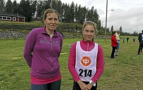 Äiti Terhi Kettunen on auttanut tytärtään Melia Palsinajärveä uuden lajin, ampumahiihdon pariin.