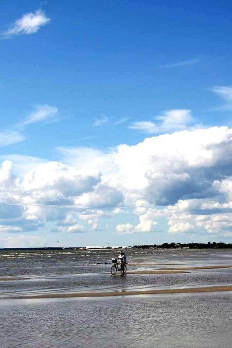 Salaperäinen nainen saapuu pyörällä vettä pitkin Pärnuun. Onko hän ehkä Barbara?