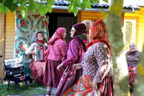 Kihnu on päässyt Unescon maailmaperintökohteeksi ainutlaatuisen kulttuurinsa ansiosta. Omat tanssit ja kansallispuvut ovat tärkeä osa sitä.