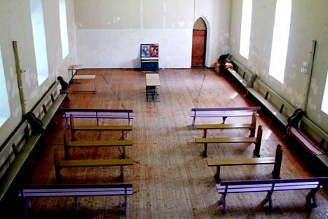 Uulun kirkkoon neuvostoaikana tehty koripallokenttä erottuu edelleen selvästi.