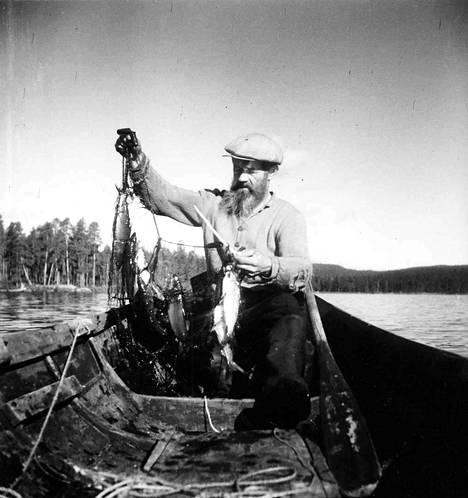 Yhteisillä kalareissuilla ystävykset Tirkkonen ja Ollikainen nostelivat Inarin Rahajärvestä melkoisia saaliita.