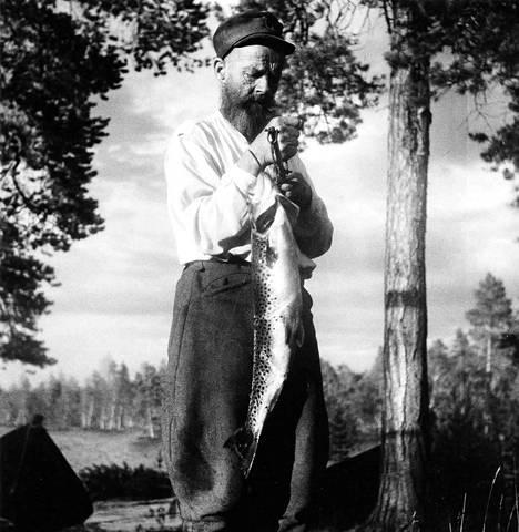 Rahajärvi antoi yksinäiselle miehelle parastaan. Kookkaat järvitaimenet eivät olleet harvinaisuuksia.
