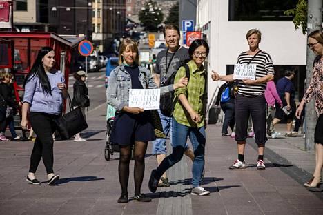 Tuuli Malla ja Lauri Jäntti näyttävät, kuinka Urban Hitchhiking eli kaupunkiliftaus sujuu. Peukku pystyyn ja katse kohti jalankulkijoita. Valmiin kyltin voi noutaa HAM:in eli Helsingin kaupungin taidemuseon näyttelystä 24.9. asti.