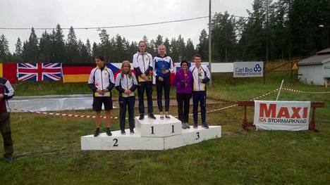 Satu Kauppinen (kolmas oikealta) voitti 20-vuotiaiden naisten sarjassa MM-kultaa.