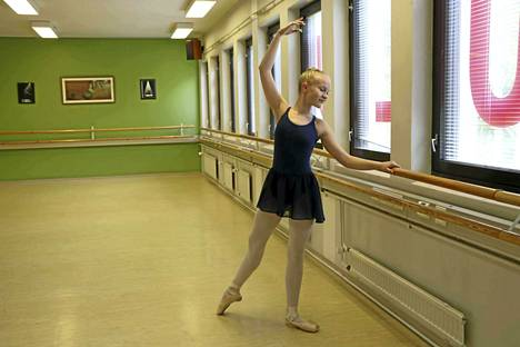 Tervakoskelainen Roosa Heiska käy harjoituksissa Tanssikoulu 1st Stepissä Riihimäellä.