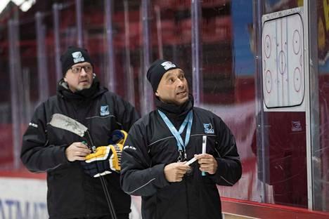 Vjatsheslav Fandul ja Rauli Raitanen kertovat Karhu HT:n taktisia kuvioita pelaajille.