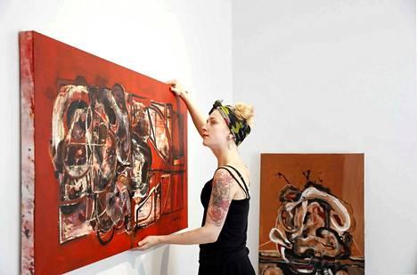 Johanna Alanko maalaa joka päivä. Kun draivi on päällä, työt alkavat aamukahdeksalta ja päättyvät iltakymmeneltä.