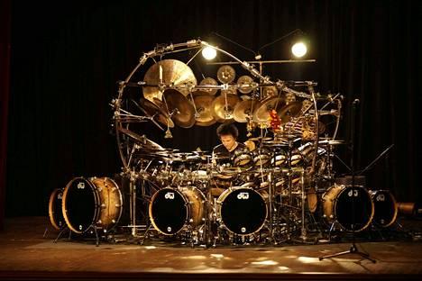 Terry Bozzion rumpusetti ei ole ihan tavallisimmasta päästä - kuten ei rumpali itsekään.