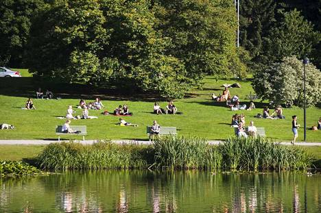 Sorsapuisto on suosittu auringonottopaikka kesäisin.