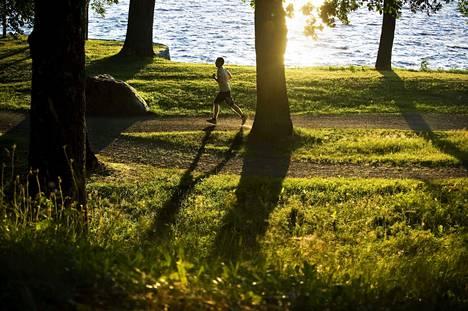 Hatanpään Arboretumilla voi ihailla Pyhäjärven vesiä.