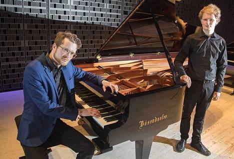 Maj Lind -pianokilpailun välierissä on tänä vuonna kaksi suomalaista. Väinö Jalkanen (vas.) kertoo yrittäneensä löytää viime vuosina aikaa omalle sävellystyölle. Hannu Alasaarela kertoo, että musiikki on ollut niin motivoivaa, että se on ajanut häntä kuin itsestään eteenpäin.