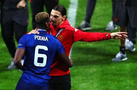 Paul Pogba ja Zlatan Ibrahimovic juhlivat Eurooppa-liigan voittoa keväällä Tukholmassa Manchester Unitedin paidassa.