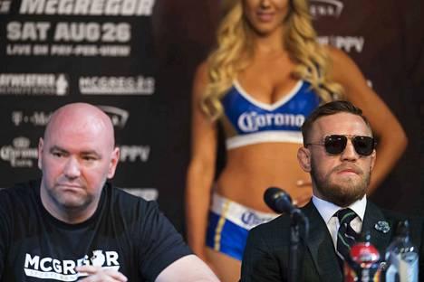 Vapaaottelusarja UFC:n valtaisan nousun takuumiehet: Dana White (vas.) ja vapaaottelun suurin tähti Conor McGregor. UFC:n presidenttinä toimiva White on kohottanut sarjan nykyiseen kukoistukseensa.