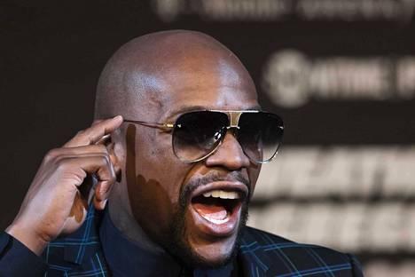 Floyd Mayweather Junior on siirtynyt bisnesmieheksi ja nyrkkeilymanageriksi, mutta hän on 40-vuotiaanakin kova luu kehässä.