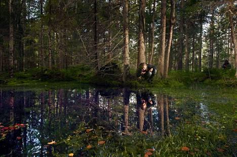 Kaitasuon laitamilta löytyy lähde, jonka vesi on kylmää ja raikasta. Anni Kytömäki nauttii luonnon antimista, kun vielä voi.