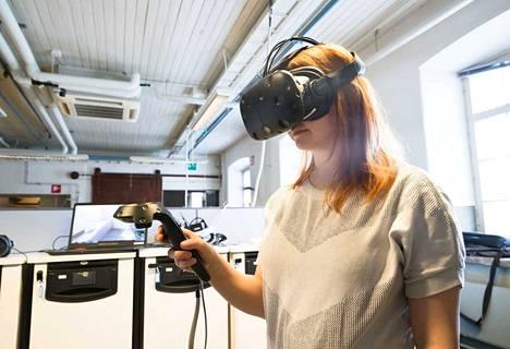 Virtuaalimaailmoihin vievissä laitteissa on vielä paljon kohentamisen varaa. Esimerkiksi ohjaimet voidaan korvata ottamalla käyttöön katseen, käsien, sormien liikkeen ja puheen avulla toteutettavia ohjauskeinoja.