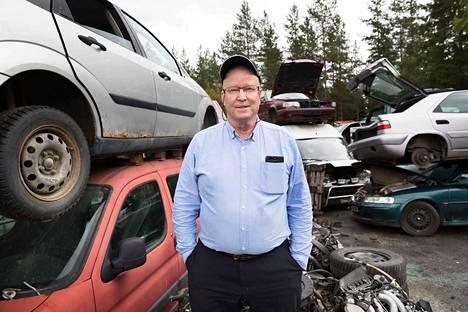 Yrittäjä Jorma Lahtinen nokialaiselta autopurkamo Lahtiselta katsoo, ettei romutuspalkkio uusi kaikkein vanhinta, saastuttavinta ja turvattominta autokantaa, koska niiden omistajilla ei ole varaa ostaa uutta autoa.