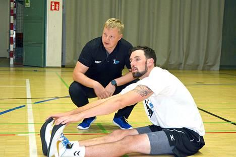 Akaa-Volleyn valmentaja Lauri Tihinen opasti keskitorjuja Scott Siwickiä miehen ensimmäisissä harjoituksissa välittömästi Akaaseen saapumisen jälkeen.