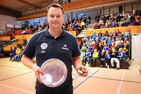 Nappulaliigan puheenjohtaja Hannu Heikkinen toivoo junioreille entistä systemaattisempaa tekemistä niin valmennuksessa kuin joukkuetoiminnassa. Myös Heikkinen on päässyt palkinnoille toimistaan Nappulaliigassa.