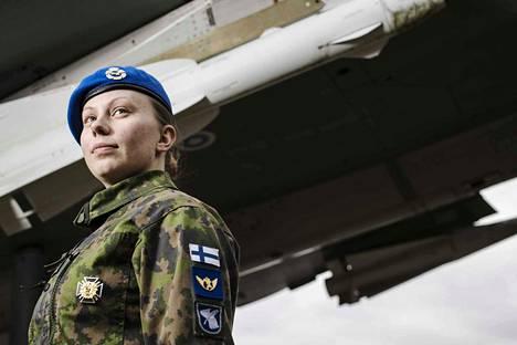 Satakunnan lennostossa Pirkkalassa palveleva Pinja Liljavirta on vapaaehtoista asepalvelusta suorittava nainen. Pitkän nimikkeen sijaan on kätevä käyttää arjessa varusmies-sanaa.