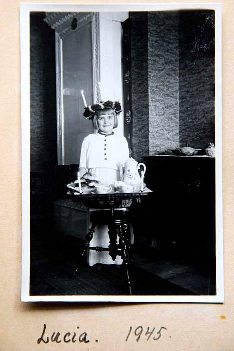 Alli Mikkolainen pääsi Ruotsissa myös Lucia-neidoksi. Vaikka hän oppi ruotsin kielen hyvin, ehti se unohtua siihen mennessä, kun kieltä piti koulussa opetella. Kielitaito palasi kuitenkin pian, kun hän vietti kesän 1950 Ruotsin perheessään.