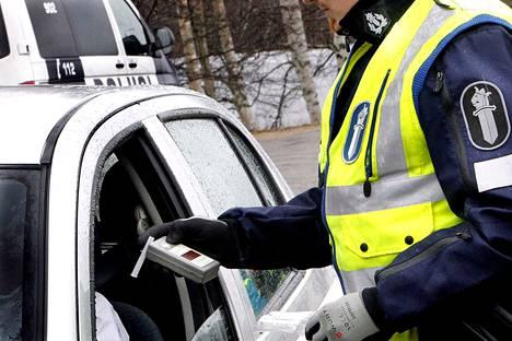 Kuolemaan johtaneissa rattijuopumusonnettomuuksissa promillelukemat ovat kovia ja taustalla on usein aiempia rattijuopumustuomioita, kerrotaan Onnettomuustietoinstituutista.