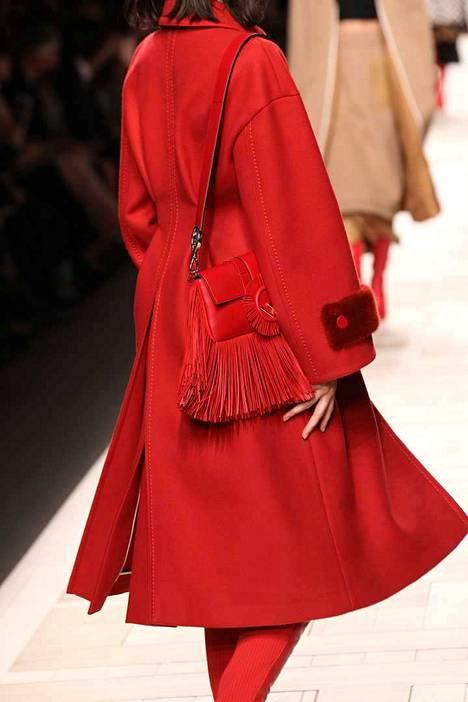 Kirkkaanpunainen on syksyn uusi väri. Syys- ja talvitakeissa leikitellään hihoilla.