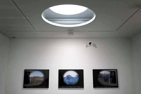Ana Torfsin installaatio Legend (2009) esittelee La Gomeran saarta Kanarian saarilla kuin kaukoputken läpi katsottuna. Kuviin liitettyihin laattoihin on kaiverrettu historiallisia ja poliittisia faktoja – sekä legendoja.