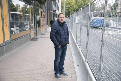 Kauppias Tapani Oijusluoma seisoo paikalla, jossa ennen oli vilkas bussipysäkki vuosikymmenten ajan. Keväällä pysäkit poistettiin ratikkatöiden takia ja asiakasmäärät alueella romahtivat.