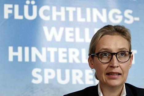 AfD:n maltillista siipeä edustava 38-vuotias ekonomisti Alice Weidel asuu osa-aikaisesti Sveitsissä kumppaninsa ja kahden lapsen kanssa.