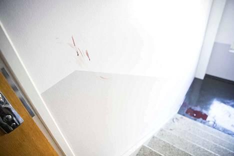 Kerrostalon porraskäytävässä oli sunnuntaina verisiä jälkiä.