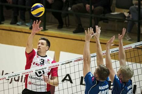 Matti Hietanen johdatti kapteenina Iskun avausvoittoon. Kuvassa Hietanen peippaa pallon Akaa-Volleyn torjunnan yli.