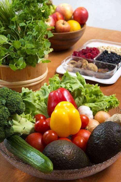 Makeisten sijaan päivittäiseen ruokavalioon pitäisi kuulua kasviksia, hedelmiä ja marjoja.